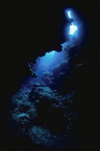 陽光が差し込む水中洞窟の写真素材 [FYI01379111]