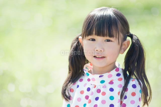 微笑む女の子の写真素材 [FYI01379230]