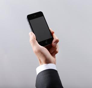スマートフォンの携帯電話の画面を見るの写真素材 [FYI01379987]