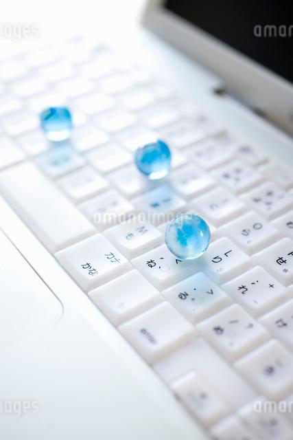 PCとガラス玉の写真素材 [FYI01380350]