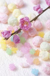 桃の花と雛あられと金平糖の写真素材 [FYI01380384]