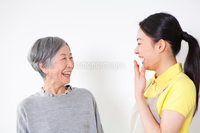 介護士の女性と会話するおばあちゃんの写真素材 [FYI01380590]