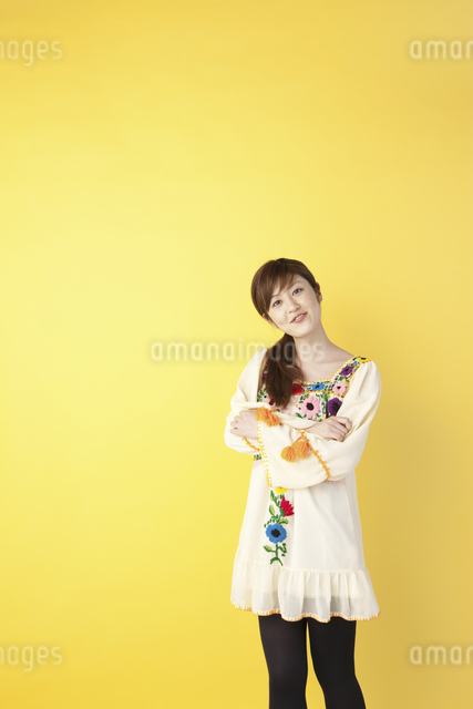 チュニックを着た女性の写真素材 [FYI01380726]