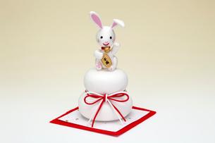 お供えの上の招き兔の写真素材 [FYI01381012]