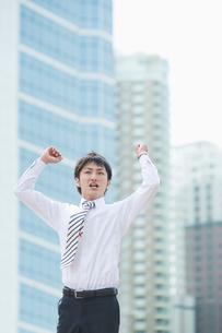 ジャンプするビジネスマンの写真素材 [FYI01381129]