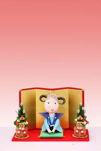 新年のあいさつをする未と門松と金屏風の写真素材 [FYI01381132]