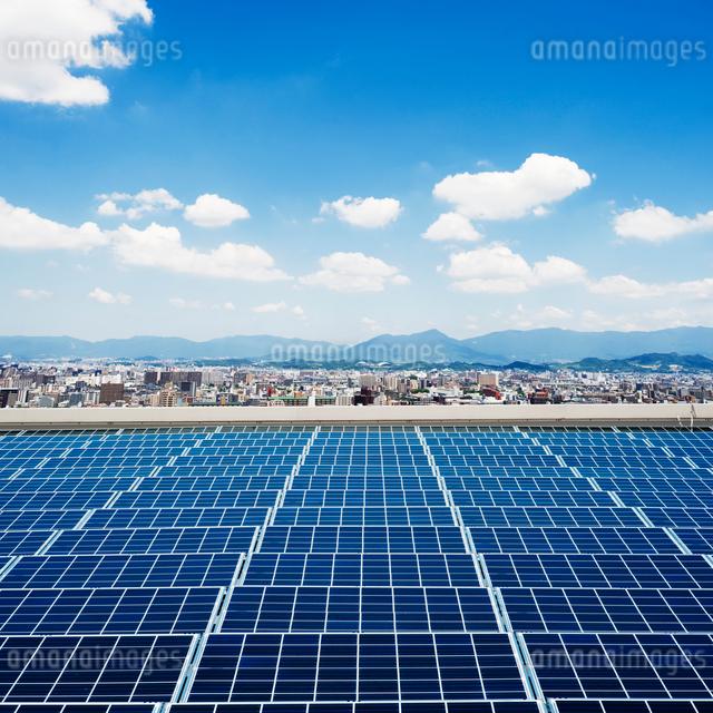 太陽光パネルと街並の写真素材 [FYI01381163]