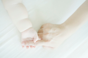 指をつかむ赤ちゃんの手の写真素材 [FYI01381227]