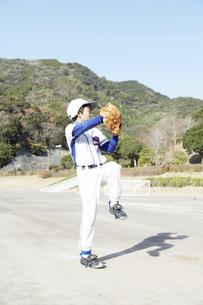投球の構えをとる少年の写真素材 [FYI01381248]