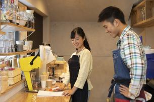 カフェで働く男女の店員の写真素材 [FYI01381347]