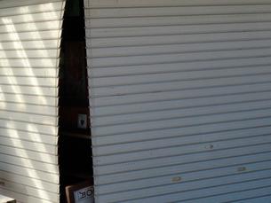 京都嵐山桂川の洪水で壊れたシャッターの写真素材 [FYI01381378]
