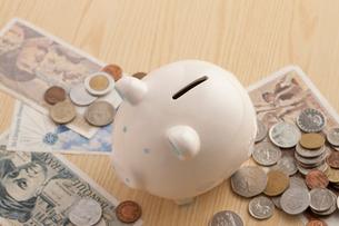 ブタの貯金箱とお金の写真素材 [FYI01381648]
