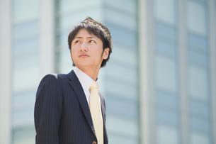 見上げるビジネスマンの写真素材 [FYI01381709]