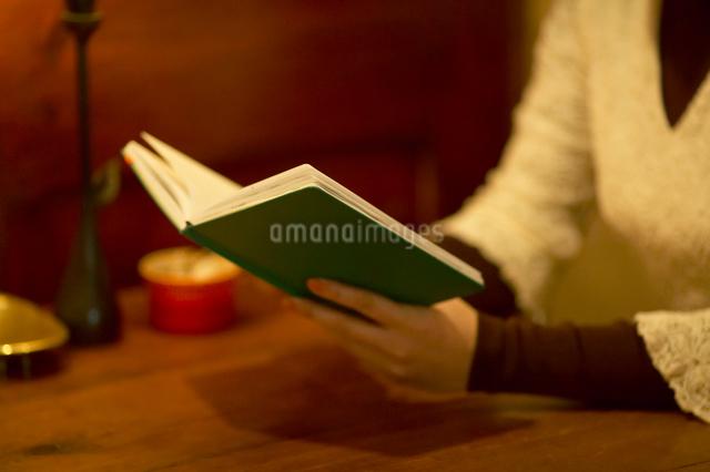 カフェで読書をする女性の手元の写真素材 [FYI01381807]