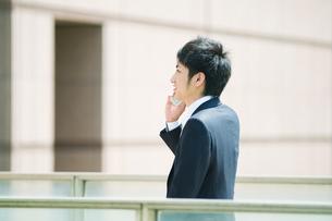 携帯電話で話すビジネスマンの写真素材 [FYI01382115]