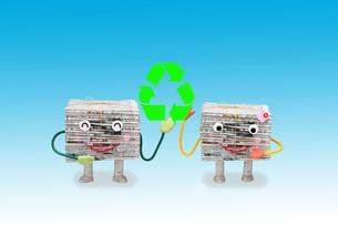 リサイクルマークと新聞紙のカップルの写真素材 [FYI01382121]