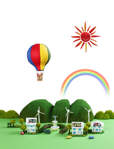 太陽光発電の住宅街と風力発電とエコカーと熱気球の写真素材 [FYI01382207]