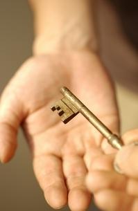 鍵を渡す手の写真素材 [FYI01382228]