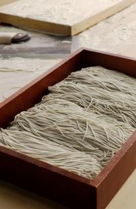 箱に入ったそばの生麺の写真素材 [FYI01382364]