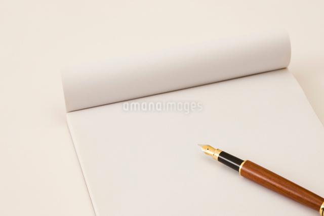 紙と万年筆の写真素材 [FYI01382530]