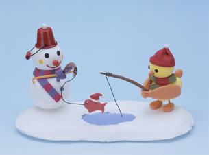 釣りをする雪だるまとヒヨコの写真素材 [FYI01382547]