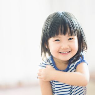 笑顔の女の子の写真素材 [FYI01382556]