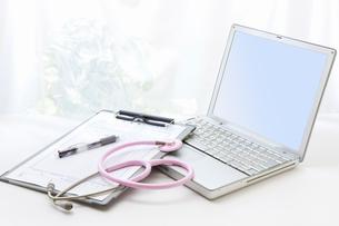 聴診器と診療録の写真素材 [FYI01382679]