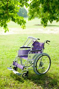 松葉杖と車椅子の写真素材 [FYI01382695]