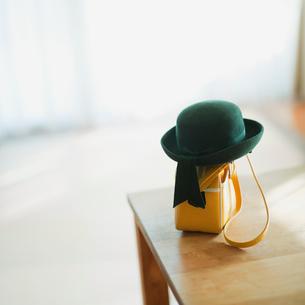 テーブルに置いてある幼稚園帽とカバンの写真素材 [FYI01383164]