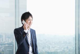 携帯電話で話すビジネスマンの写真素材 [FYI01383417]