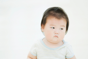 不機嫌そうな赤ちゃんの写真素材 [FYI01383491]