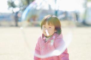 シャボン玉と女の子の写真素材 [FYI01383512]