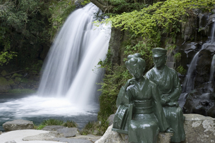 伊豆の踊り子像と初景滝の写真素材 [FYI01383558]