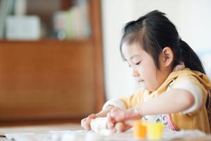 クッキーを作る女の子の写真素材 [FYI01383585]