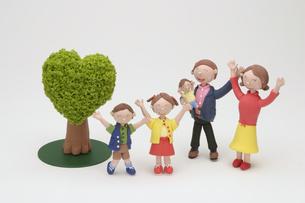 家族と緑のクラフトの写真素材 [FYI01383591]
