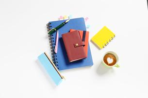 手帳と万年筆とハートマークのコーヒーの写真素材 [FYI01383598]