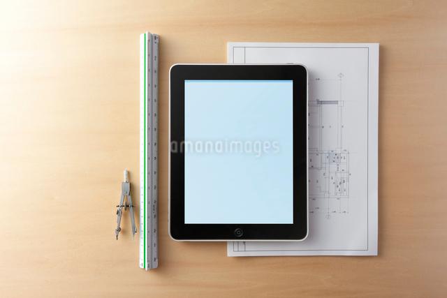 図面とタブレット型コンピュータの写真素材 [FYI01383760]