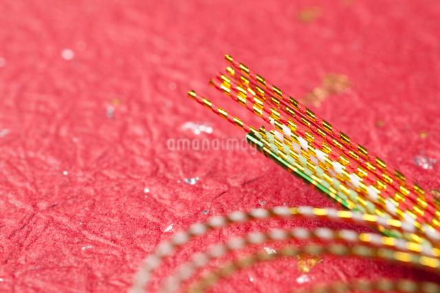 金箔の入った和紙と水引の写真素材 [FYI01383881]