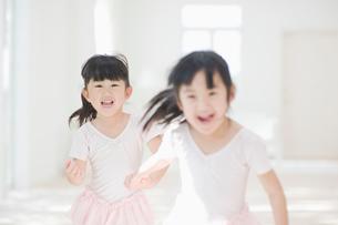 バレエの練習をする二人の女の子の写真素材 [FYI01384026]