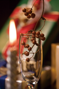 グラスに入った木の実の写真素材 [FYI01384039]