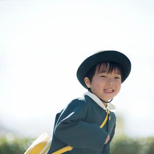 走る幼稚園児の男の子の写真素材 [FYI01384040]