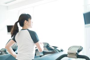 ランニングをする日本人女性の写真素材 [FYI01384101]