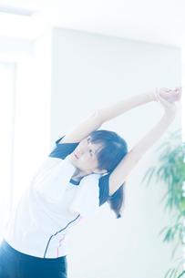 ストレッチをする日本人女性の写真素材 [FYI01384128]
