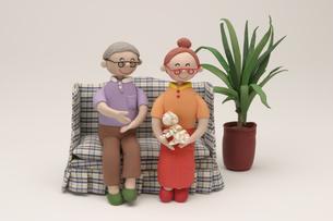 ソファーでくつろぐシニア夫婦の写真素材 [FYI01384443]