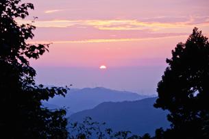 高野山から望む山々の夕景の写真素材 [FYI01384987]