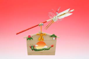 水引の鶴がついた破魔矢と龍の絵馬の写真素材 [FYI01385150]