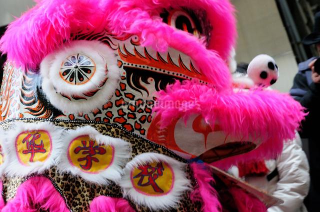 中華街の春節パレードの獅子舞の写真素材 [FYI01385508]
