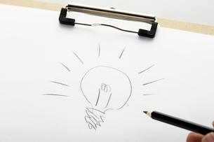 手書きの電球の写真素材 [FYI01385719]