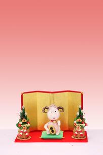 招き未と門松と金屏風の写真素材 [FYI01385799]