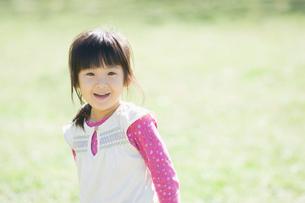 笑う女の子の写真素材 [FYI01385821]